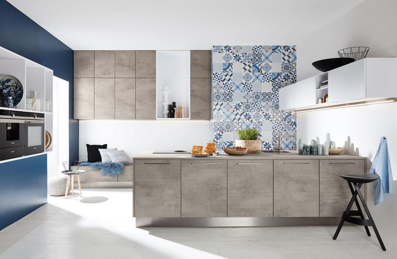Кухня с фасадами под бетон с синим акцентом